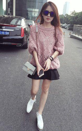流行时尚吸睛搭配 粉色镂空宽松毛衣搭配黑色半身裙